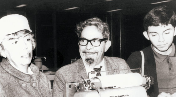 El novelista el día de su detención, acompañado por su esposa María Teresa Retes de Revueltas y el hijo de ambos, Román.